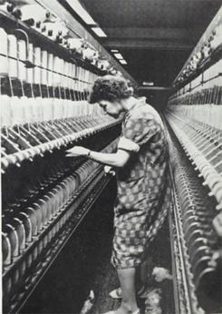 Spinneriarbeider i Haldens Bomuldsspinderi i 1963Foto: Scan fra jubileumsbok 1963<br>