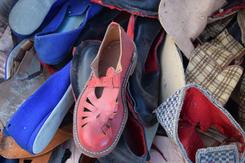 Nesten ferdige sko og mengder med tilkappet stoff som skulle bli til tøfler.Foto: Thorunn Lunde<br>