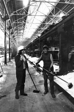 På slutten av 1960-talet var det vanskeleg å rekruttera nok menn. Ni kvinner kom då inn i produksjonen frå 1970. I tillegg kom ein del framandarbeidarar frå Tyrkia. Foto: NVIM I-03466<br>