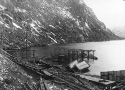 Fabrikken blei lokalisert i området der Turistvegen opp til Skjeggedal hadde starta ved  Sørfjorden. På fotoet ser vi kraftlinja i fjellsida innover mot Odda.Foto: NVIM I-TYG702<br>