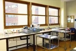 Interiør fra bakteriologisk laboratorium med vannbad. Idun Industri A/S, Treschowsgt. 1, OsloFoto: Finn Larsen<br>