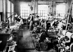 Fra maskinverkstedet, hvor verktøyet lages og repareresFoto: NTM / Scan fra jubileumsbok 1947<br>