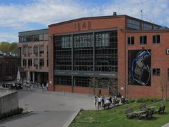 Maskinhallen fra 1949 er i dag sportssenter med innendørs klatrehall. Nytt kontorbygg vegg i vegg.Foto: Dag Andreassen / NTM<br>