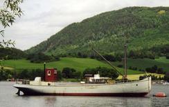 Innenlands skipsfart: Det var en kopling mellom Jernstøperiets skipsbygg og leveransene til treforedlingsindustrien. M/S Brandbu er hjemmehørende i Randsfjorden, Oppland fylke. Lasteskipet ble bygget av Drammen Jernstøberi og Mek. Værksted i 1906-07 for Engnæs Træsliberi [1895-1913]. Foto: Hadeland Folkemuseum<br>
