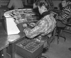 Produksjon av innmat til regnemaskin i 1950-årene. Foto: Atelier KK. Foto: Universitetsbiblioteket i Bergen<br>
