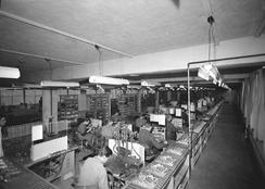 Fra maskinproduksjonen i  Møllendalsveien 2-4 i 1955.   Foto: Atelier KK.Foto: Universitetsbiblioteket i Bergen<br>