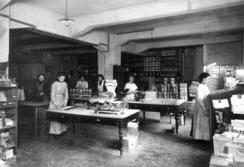 Kvinner i arbeid ved Kiellands dropsfabrikk på TøyenFoto: Norsk Folkemuseum<br>