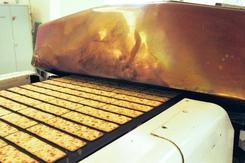 Kjeksmaskin på Kolbotn. Nystekte Cream Cracker på løpende bånd.Foto: Akershus Fylkesmuseum<br>