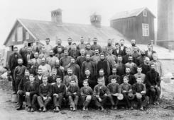 Arbeidere utenfor den gamle fabrikken i 1898.Foto: Domkirkeodden<br>