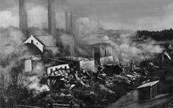 Bare ruiner igjen av trebygningene dagen etter den ødeleggende brannen i 1909Foto: Norsk Folkemuseum<br>