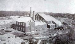 Klevfos før brannen i 1909. Den gamle fabrikken var lagd av tre, og var et lett bytte for brannen da den slo til i 1909.Foto: Klevfos Industrimuseum / Anno museum<br>