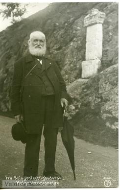 Helge Væringsaasen (1836-1917)var en av drifkreftene bak Ådalsbrukets to industribedrifter, ink. Klevfos. Her er han som gammel mann, ved markeringen av Foto: Bagn Bygdesamling.<br>