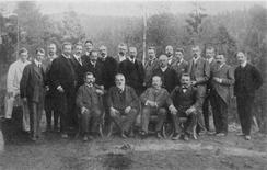 Nummer to fra venstra i bakre rekke. Den unge Kloumann deltar i ekspertpanel sammen med blant annet Marcus Wallenberg, sam Eyde og Kristian Birkeland. Stedet er Notodden og tiden er 1905.