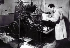 Grunnleggeren Lars A. Larsen ved en av de første trykkerimaskinene fra 1947.Foto: L.A.Larsen A/S<br>