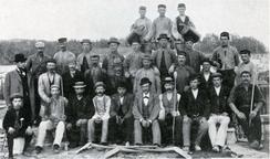 Schumacher omgitt av sine arbeidere i sementvarefabrikkenFoto: Scan fra jubileumsbok 1945<br>