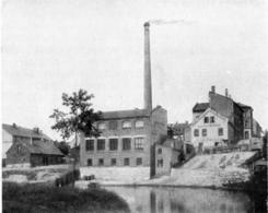 Bygget ved Akerselva før idnustribygget i Nedre Gate 8 ble bygd i 1899. Foto: NTM / Scan fra jubileumsbok 1947<br>