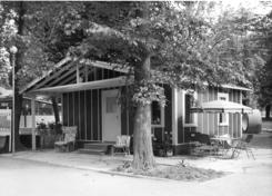 Nøstex-hytte på Drammensmessen 1954. Hytten var tegnet for å vise riktig anvendelse av trefiberplater. Ytter- og innervegger, tak og gulv består av plater av forskjellige typer.Foto: Made in Drammen<br>
