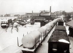 A/S Nordisk Aluminiumindustri i Holmestrand var tidlig ute med å produsere og sveise store tanker og kar til meierier og bryggerier. I bakgrunnen skimtes Vandstoff- og Surstoffabrikken.Foto: Aluminiummuseet / Vestfoldmuseene<br>