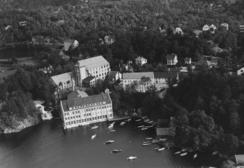 Fabrikkbygget på Hop ca. 1935-39.Foto: Widerøes Flyveselskap / Universitetsbiblioteket i Bergen<br>