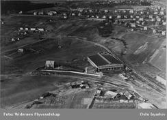 Fabrikken fotografert av Widerøes Flyveselskap omkring 1950. Foto: Oslo Byarkiv/www.oslobilder.no