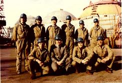 Kværners Kiel-team 1976: Stående bak: T.M.Ege, K.Poulsen, K.Evensen, S. Brumoen, K. Forreløkken, Bårdsen. Sittende foran: O. Kvamme, A.K.Gromholt, B. Klepsvik, Å. Ekstrøm. Ikke tilstede var:T. Berg, V. Kvamme, J. Askelien, Ø. Larsen, E. Bjørkly Foto: Kværner Brugs Historiegruppe<br>
