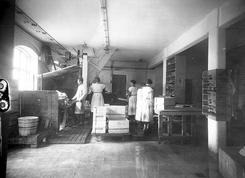 Arbeidere i produksjon i Norge ca. 1930Foto: K.Knutsen / UB Bergen<br>
