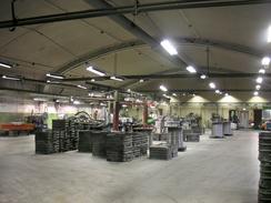 En av produksjonshallene i Spigerverket, våren 2007. Her står ulike spikerklippemaskiner, til dels noen av god gammel årgang, og produserer ulike kvaliteter av spiker og stift i en høyt automatisert prosess.Foto: Dag Andreassen / Norsk Teknisk Museum<br>