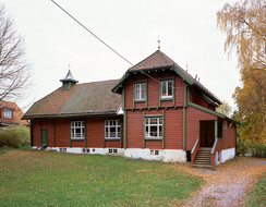 Folkets Hus på Lilleaker, tegnet av arkitekt Olav Olson 1904-5. Fagforeningen ved Frydenlund bryggeri, som den gang lå ved Lysakerelven, ønsket å reise et forsamlingslokale, men manglet penger. Arbeiderne fikk lån av fabrikkeier Knud Christian Langaard på betingelse av at Strømmen Trævarefabrik fikk leveranse av husene. Langaard-familien var aksjonærer i fabrikken og en såpass stor leveranse ga kjærkomne inntekter både for fabrikken og aksjonærene.Foto: Akershusmuseet/Børre Høstland<br>