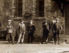 Ansatte utenfor Sveiseverket 1916Foto: Aluminiummuseet / Vestfoldmuseene<br>