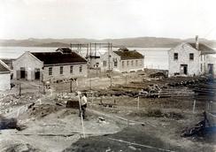 Vandstoff- og surstoffabrikken i mai 1919. Arbeidet med å planere nye tomta til Nordisk Aluminiumindustri har startet i forgrunnen.Foto: Aluminiummuseet / Vestfoldmuseene<br>