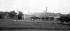 Fabrikken i landlige omgivelser på Skøyen, ikke lenge etter flyttingen i 1902.Foto: NTM T 127<br>