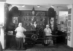 Minde satset mye på messer og industriutstillinger, og fikk mye heder. Dette er fra Hus og Hjem-utstilling i Permanenten i Bergen, trolig i 1924. Foto: Atelier KK / UB Bergen Bildesamlingen, ubb-kk-n-262-006<br>