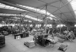 Den store fabrikkhallen på over 4000 kvm, i 1926. Kraften til hver maskin kommer fortsatt fra en sentral maskin, overført via akslinger og hjul forbundet med remmer.Foto: Atelier KK / UB Bergen / <br>