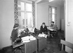 Kontoret i Fleischers Kjemiske Fabrikk i 1952. Bedriften hadde like mange funksjonærer som arbeidere, med kontorister, laboranter, selgere osv.Foto: Norvin Reklamefoto / Universitetsbiblioteket i Bergen<br>