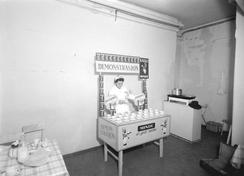 Demonstrasjon av drikkekakao, Bergen 1959 Foto: Norvin Reklamefoto / UBB Bildesamling, ubb-nor-m-0609<br>