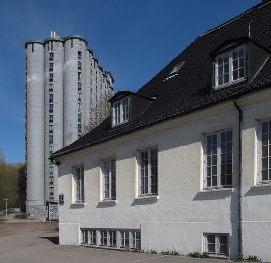 Nedre Foss gård med kornsiloen som ble studenthybelhus i 2001